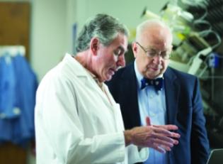 Le Conseil de l'École pour faire progresser la santé humaine recommandé Susann Brady-Kalnay, PhD, élargir le marché potentiel pour son agent d'imagerie de fluorescence pour les cellules tumorales du cerveau.  Ci-dessus: l'École de Médecine scientifiques comme Jerry Silver, PhD (à gauche), ont désormais accès à deux officiers de la traduction en chef, Blair Geho, MD, PhD (à droite), et le projet de loi Harte, PhD, qui apportent pharmaceutique et de l'expérience de l'industrie de la biotechnologie.